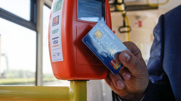 Валидатор для оплаты проезда банковскими картами и мобильными устройствами в автобусе в Санкт-Петербурге