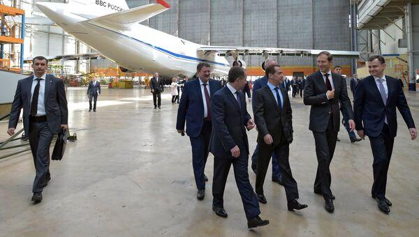 Председатель правительства РФ Дмитрий Медведев во время посещения самолетостроительного предприятия Авиастар-СП. 7 июня 2017