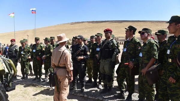 Военнослужащие во время совместных учений 201-й российской военной базы и военных сил Таджикистана