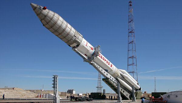 Вывоз ракеты-носителя Протон-М с космическим аппаратом ЭкоСтар-21. Архивное фото