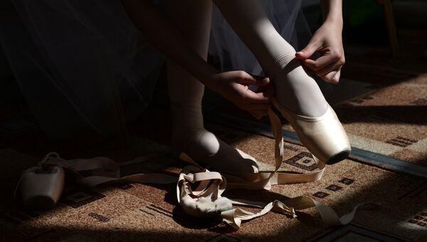 Балерина надевает пуанты. Архивное фото
