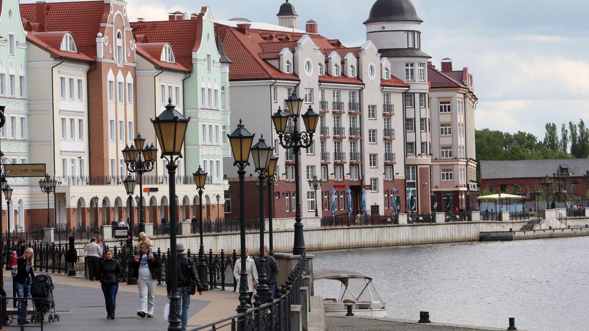 Горожане гуляют по набережной в городском квартале Рыбная деревня в Калининграде - РИА Новости, 1920, 17.02.2021