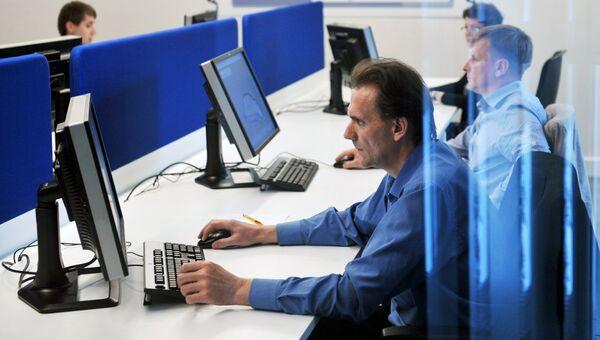 Сотрудники за компьютерами. Архивное фото