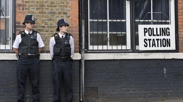Полицейские охраняют избирательный участок в Лондоне. Архивное фото