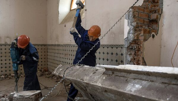 Рабочие в комплексе Императорские фермы во время реставрации объектов Государственного музея-заповедника Царское село