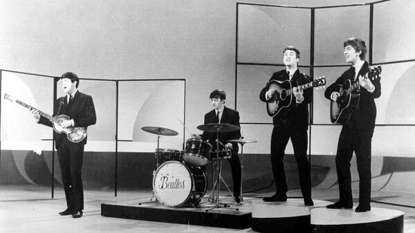 Британская группа The Beatles во время репетиции в студии в Лондоне. 1963 год