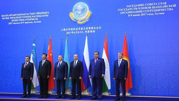 Президент Узбекистана, председатель КНР, президент Казахстана, президент РФ, президент Таджикистана и президент Киргизии во время фотографирования участников заседания совета глав государств. 9 июня 2017