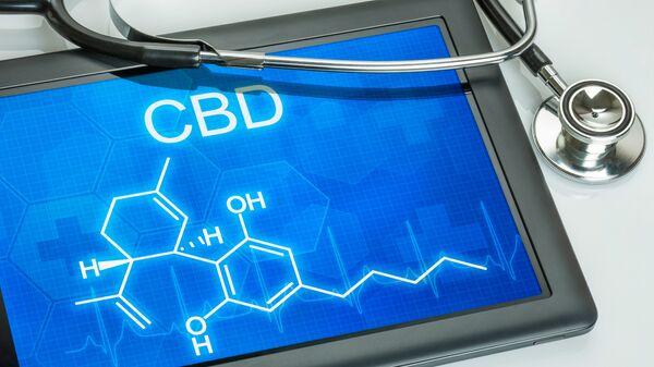 Химическая формула каннабидола, входящего в стостав марихуаны, на экране планшета