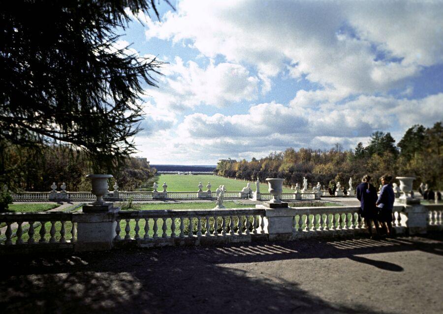 Вид на террасы и партер музея-усадьбы Архангельское