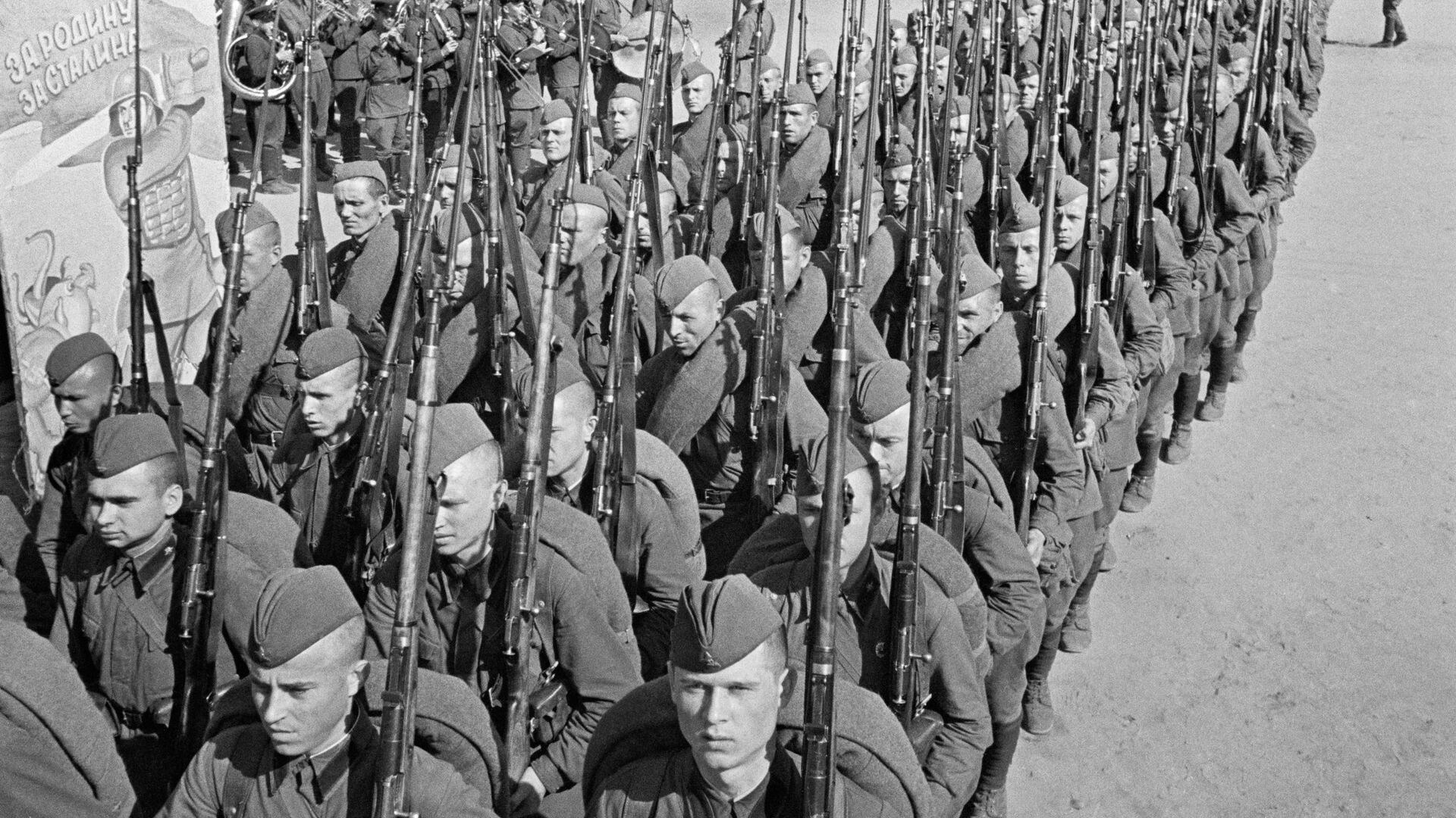 Мобилизация. Колонны бойцов движутся на фронт. Москва, 23 июня 1941 года - РИА Новости, 1920, 19.06.2020