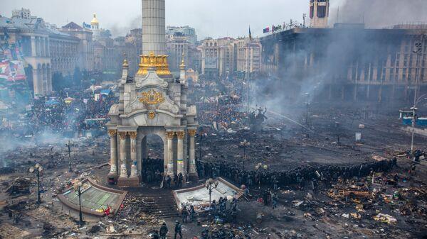 Сотрудники правоохранительных органов и сторонники оппозиции на площади Независимости в Киеве. Архивное фото