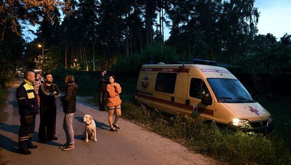 Сотрудники аварийно-спасательных служб и центра медицины катастроф дежурят на одной из улиц поселка Кратово