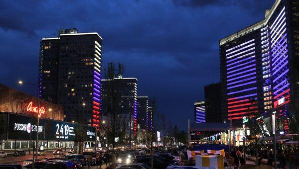 Здания на Новом Арбате в Москве, в преддверии Дня России подсвеченные цветами российского флага