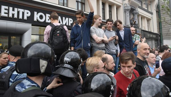 Горожане и полицейские во время несанкцианированной акции на Тверской улице в Москве. 12 июня 2017