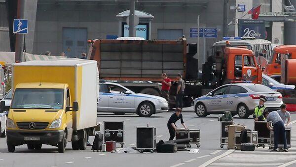 Рабочие загружают оборудование в автомобиль после окончания санкционированной акции на проспекте Сахарова в Москве. 12 июня 2017