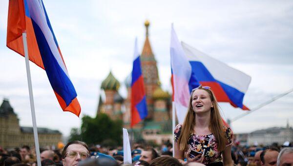 Зрители во время праздничного концерта, посвященного Дню России, на Красной площади. 12 июня 2017