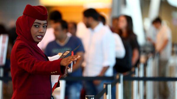 Стюардесса в Международном аэропорту Хамад в Дохе, Катар