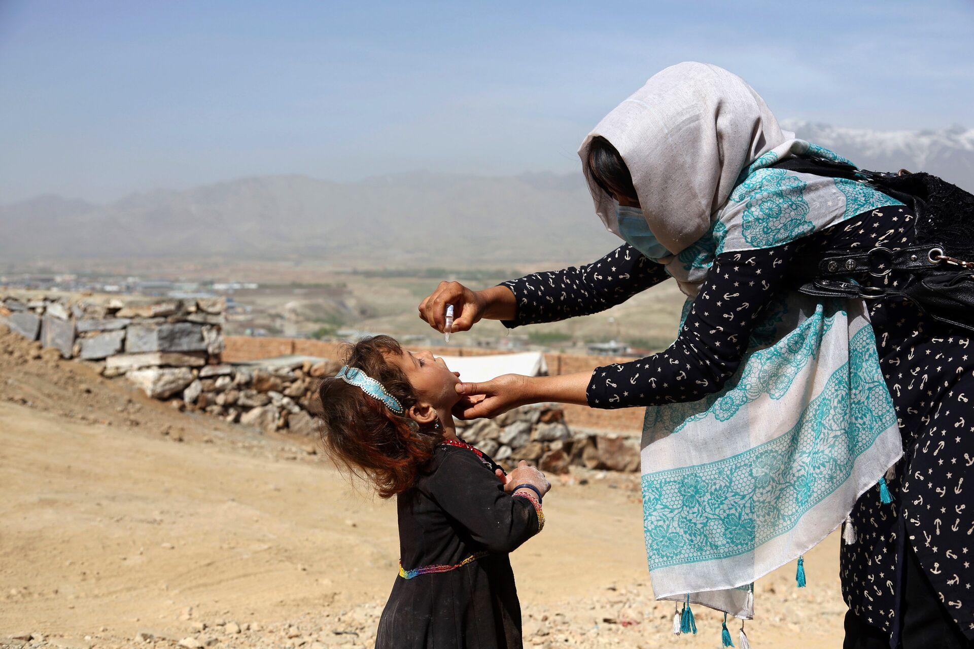 Медицинский работник вакцинирует ребенка в рамках кампании по борьбе с полиомиелитом в Афганистане - РИА Новости, 1920, 22.01.2021