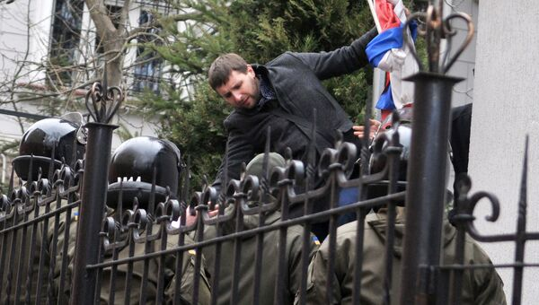Депутат Верховной рады Украины Владимир Парасюк срывает российский флаг со здания Генерального консульства РФ во Львове. 9 марта 2016
