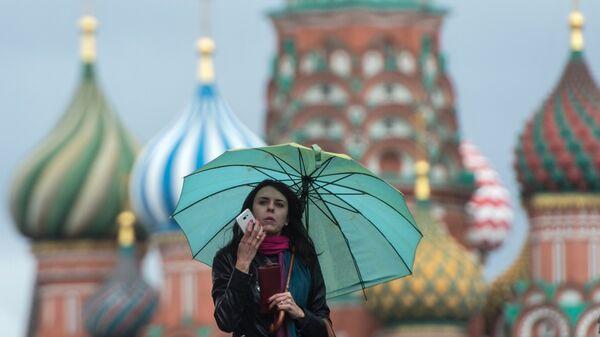 Девушка на Красной площади в Москве. Архивное фото