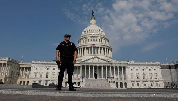 Полицейский на месте нападения на конгрессменов в Александрии, штат Вирджиния. 14 июня 2017