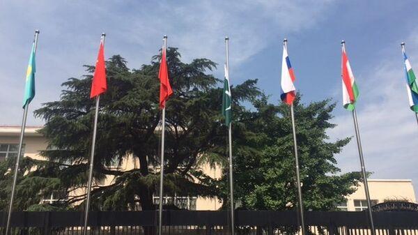Церемония подъёма флагов Индии и Пакистана перед штаб-квартирой ШОС в Пекине, 15 июня 2017
