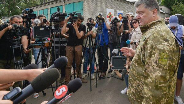 Президент Украины Петр Порошенко во время рабочей поездки в Донецкую область. 14 июня 2017
