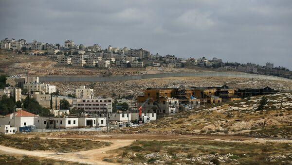 Израильский разделительный барьер между еврейским поселением Неве Яаковна и палестинской территорией. Архивное фото