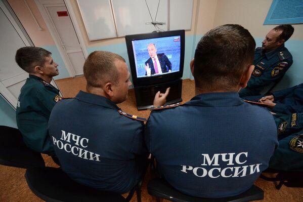 Сотрудники специализированной пожарно-спасательной части смотрят трансляцию Прямой линии с Владимиром Путиным на острове Русский во Владивостоке