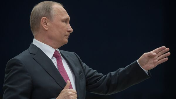 Президент РФ Владимир Путин отвечает на вопросы журналистов после ежегодной специальной программы Прямая линия с Владимиром Путиным. Архивное фото