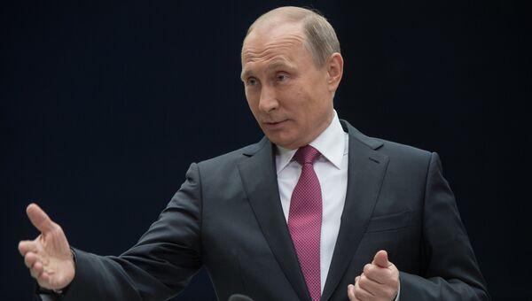 Владимир Путин отвечает на вопросы журналистов после ежегодной Прямой линии. Июнь 2017