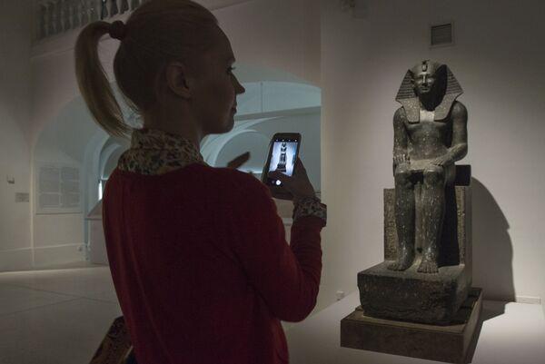 Посетительница на выставке Нефертари и Долина Цариц из Египетского музея в Турине в Государственном Эрмитаже в Санкт-Петербурге