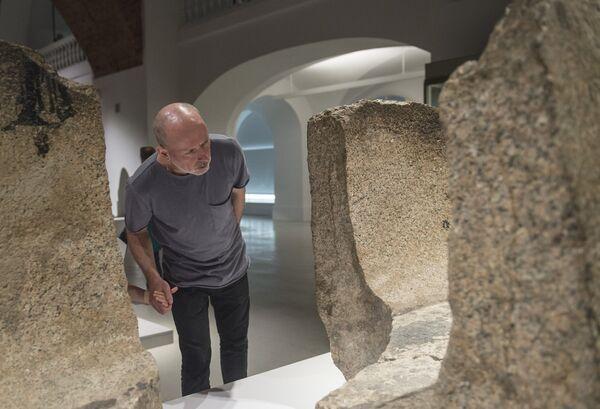 Посетитель на выставке Нефертари и Долина Цариц из Египетского музея в Турине в Государственном Эрмитаже в Санкт-Петербурге