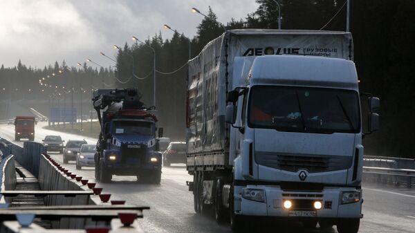Автомобили на федеральной автомобильной дороге А-181 Скандинавия в Санкт-Петербурге