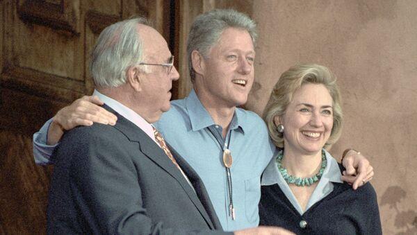 Канцлер ФРГ Коль и президент США Клинтон с супругой перед обедом в загородном ресторане Форд
