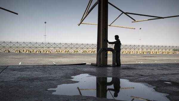 Рабочий таможни на пропускном пункте на закрытой границе между Катаром и Саудовской Аравией