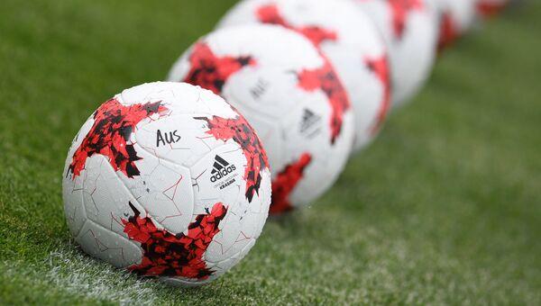 Мячи на поле во время тренировки перед началом турнира Кубка конфедераций-2017 по футболу