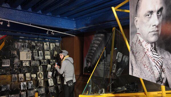 Посетительница в Государственном музее В.В. Маяковского в Москве перед его закрытием на реконструкцию. Архивное фото