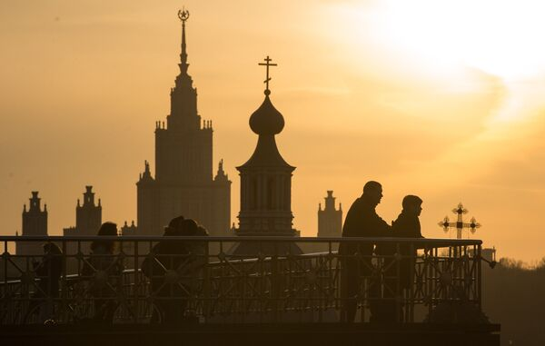 Здание Московского государственного университета имени М.В. Ломоносова и колокольня Андреевского ставропигиального мужского монастыря