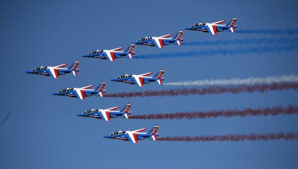Пилотажная группа Patrouille de France на самолетах Alphajet на Международном авиасалоне Ле Бурже - 2017 во Франции