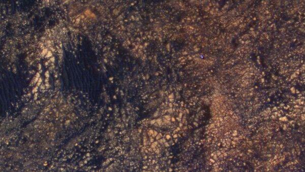 Фотография марсохода Curiosity у вершины горы Шарп, полученная зондом MRO