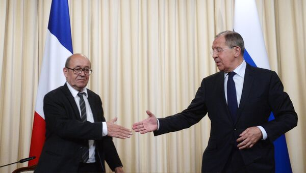 Министр иностранных дел РФ Сергей Лавров (справа) и министр иностранных дел Европы и иностранных дел Французской Республики Жан-Ив Ле Дриан. Архивное фото