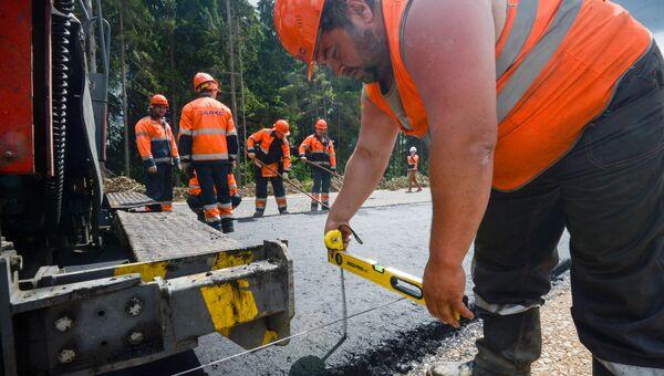 Рабочий во время дорожных работ