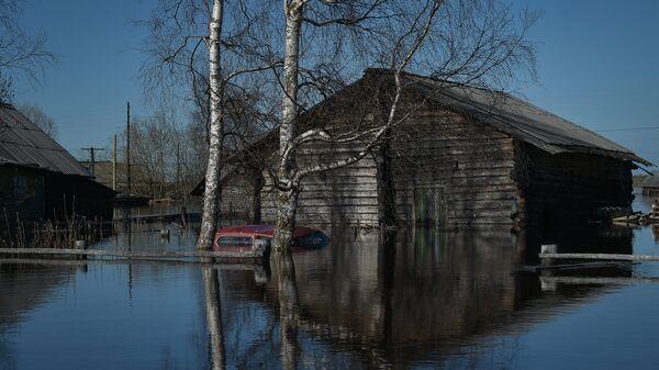 Один из домов села Среднее Бугаево в республике Коми затопленный в результате паводка