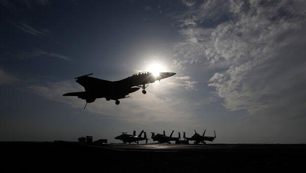 Американский истребитель во время операции в Сирии . Архивное фото