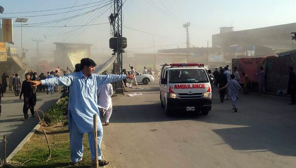 Скорая помощь на месте, где произошли взрывы на рынке на северо-западе Пакистана. 23 июня 2017