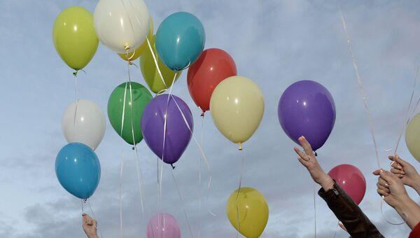 Выпускники запускают шарики. Архивное фото