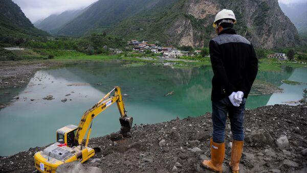 Спасатели на месте схода оползня в провинции Сычуань, КНР. 24 июня 2017