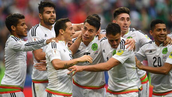 Игроки сборной Мексики радуются забитому мячу во время матча Кубка конфедераций-2017 по футболу между сборными Мексики и России