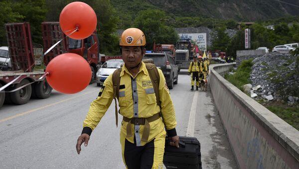 Спасатели на месте схода оползня в провинции Сычуань. Архивное фото